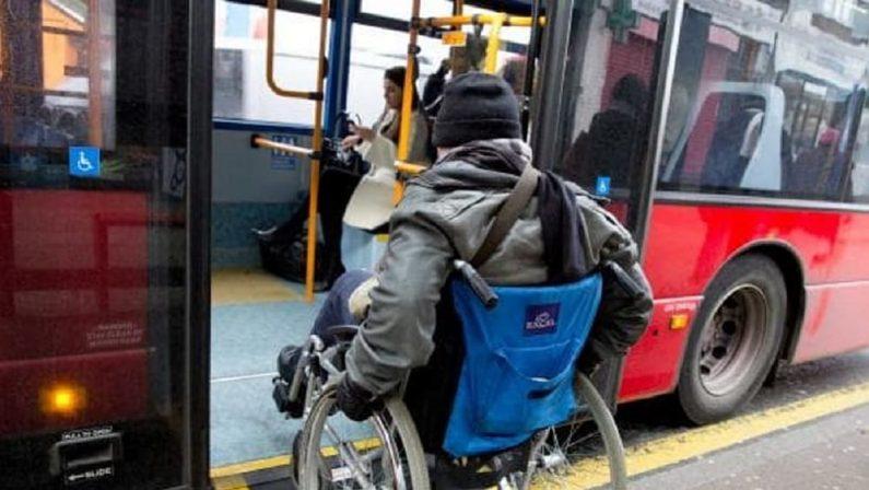 Disabile in carrozzina ignorato alla fermata del bus, arriva la polizia per farlo arrivare allo stadio