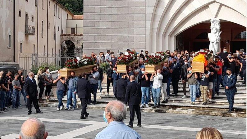 Paola, folla immensa per l'ultimo saluto alle vittime della tragedia del mosto