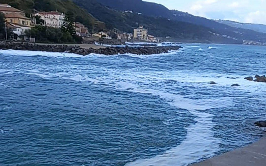 Le chiazze comparse nel mare di Pizzo