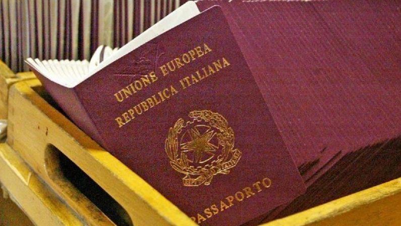 Crotone, lucrava sui passaporti: poliziotto sospeso dal servizio
