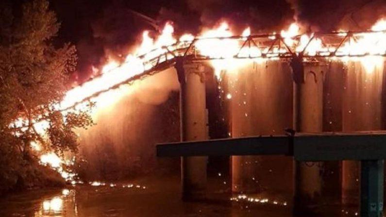Roma, in fiamme il Ponte di Ferro: nessun ferito ma viabilità in tilt