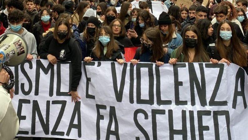 Scuola, volantini tagliati a forma di svastica: protesta degli studenti a Potenza