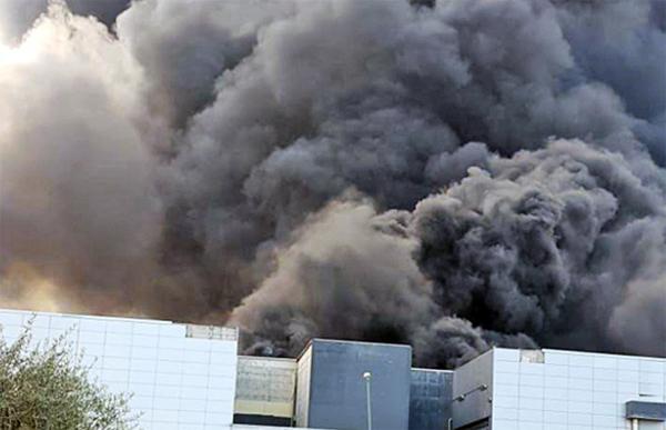 Rogo nella fabbrica di plastica - Nube nera fino a Napoli