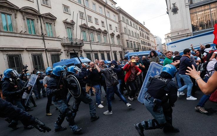 Scontri a Roma dei no-vax, la politica calabrese si divide