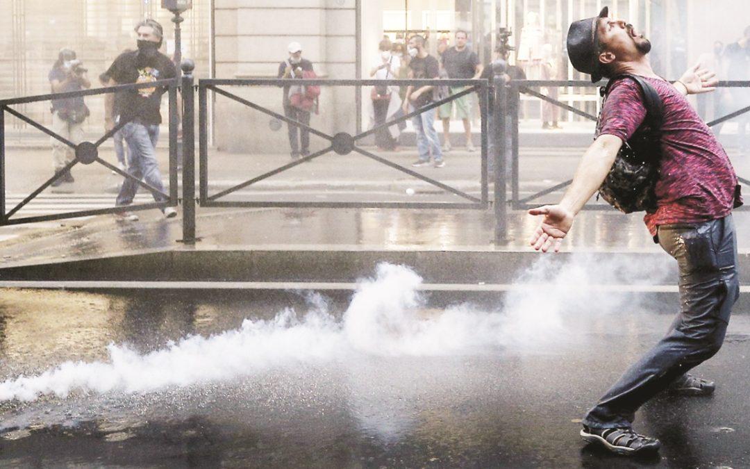 Un manifestante No pass durante gli scontri di Roma (LaPresse)