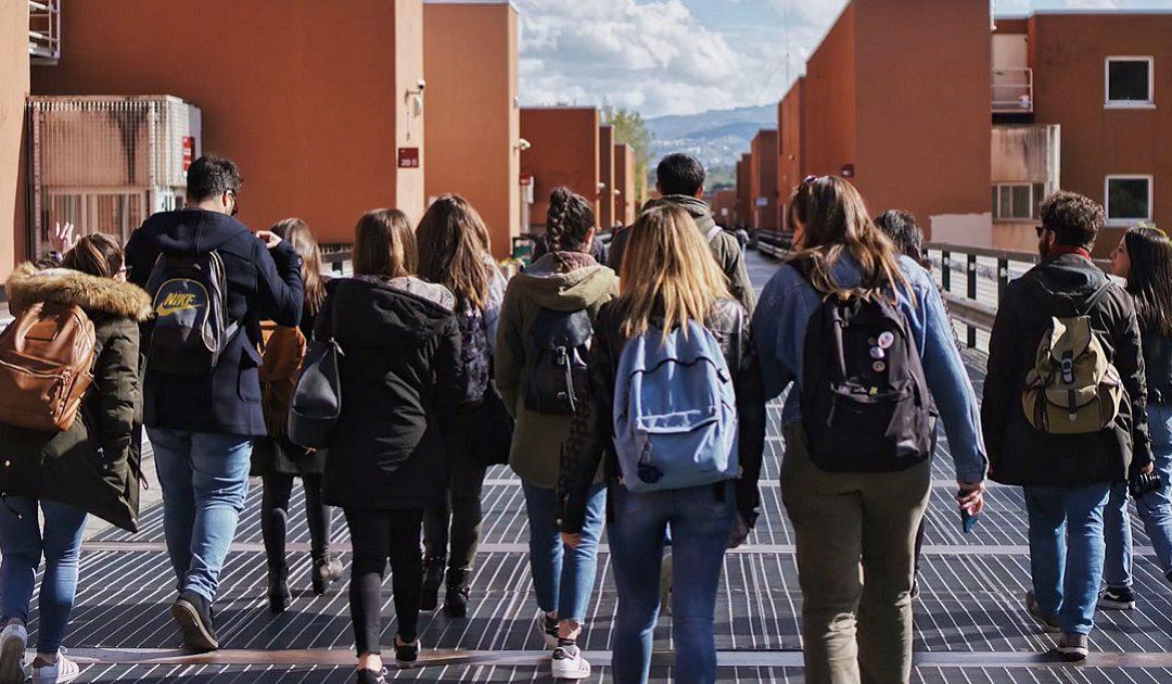 """Un gruppo di studenti sul ponte """"Pietro Bucci"""" dell'Università della Calabria"""
