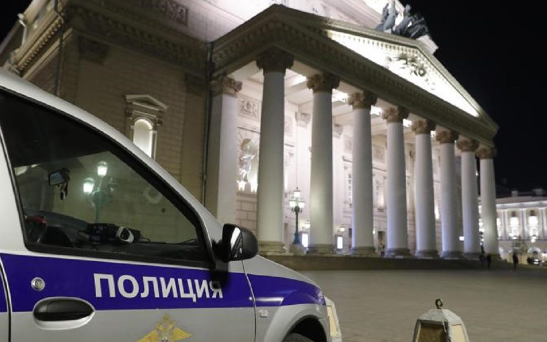La polizia russa all'esterno del Teatro Bolshoi
